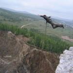 Прыжок на тарзанке, Туимский провал, Хакасия, Россия