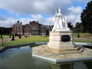 Памятник королеве и Кенсингтонский дворец