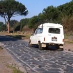 Автомобили проезжающие по Аппиевой дороге