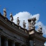Статуи над колоннадой на площади Святого Петра, Ватикан