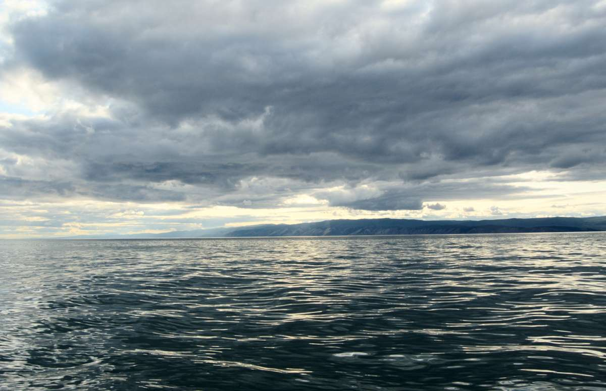 Водная гладь Байкала