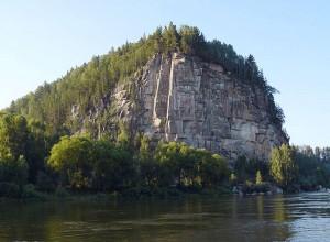 Скала Иконостас на правом берегу Бии близ села Удаловка с высеченным на ней барельефом Ленина
