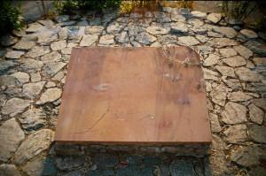 """Надпись на памятнике спартанцам, павшим при Фермопилах: """"Путник, пойди возвести нашим гражданам в Лакедемоне, что, их заветы блюдя, здесь мы костьми полегли"""""""