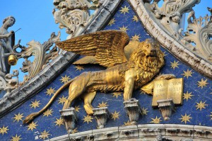 Крылатый лев на фасаде базилики Сан-Марко, Венеция, Италия