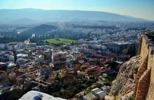 Вид на район Плака из храма Зевса Олимпийского, Акрополь, Афины, Греция
