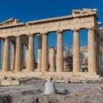 Леди, сидя перед Парфенон на Акрополе, Афины, Греция