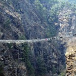 Вам придется пересечь этот мост, если вы собираетесь в базовый лагерь Эвереста