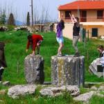 Туристы у храма Афины Алеи в Тегеи
