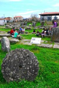 Туристы у останков храма Афины Алеи