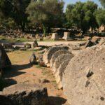 Сстолбы храма Зевса, упавшие после землетрясения в V веке