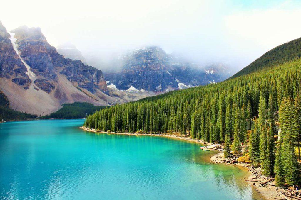 Удивительный цвет воды озера Морейн