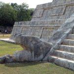 Кукулькан в виде змея на пирамиде