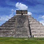 Кукулькана: правая часть пирамиды отреставрирована, левая - не восстанавливалась