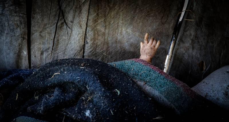 Ручка куклы, виднеющаяся из-под одеяла