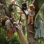 Куклы подвешенные на деревьях