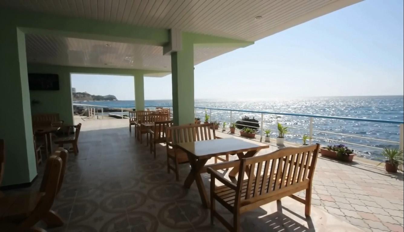 Дворец-санаторий Дюльбер в Кореизе с площадкой у моря